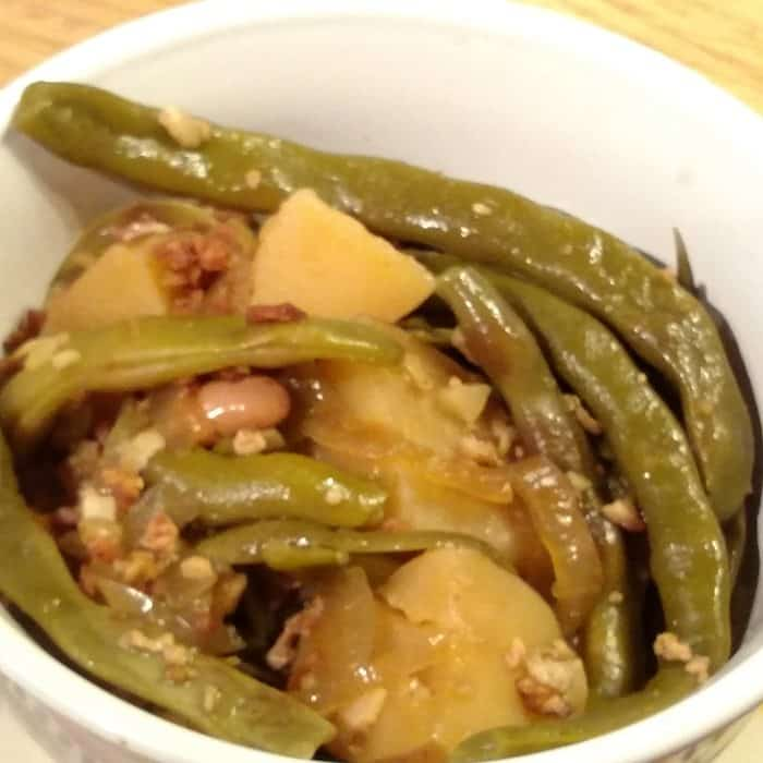 Slow Cooker Green Beans! Find this & more deliciousness @ https://www.slowcookerkitchen.com